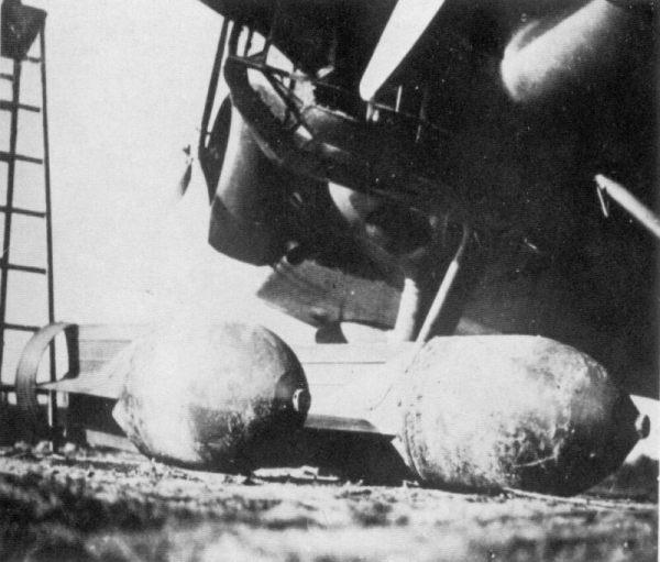 Bombas de 250 kg a punto de ser subidas a la bodega de carga de un SM.81A. obtenido de:La Aviacion Legionaria, España 1936-39. Angel Emiliani,G.Ghergo, Ed. San Martin 1974